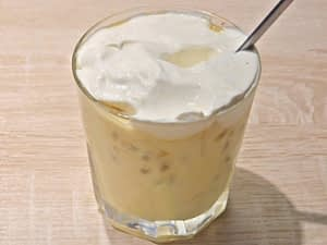 Verrine mousse de mangue et fruits de la passion avec de la chantilly